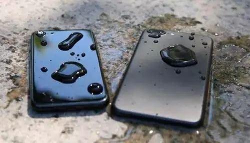 手机掉进水里了怎么办?找闪电修手机上门维修服务