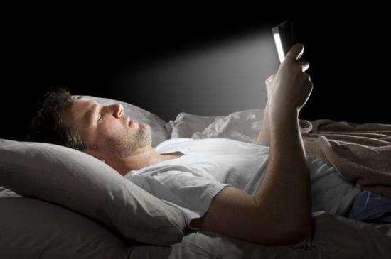 长时间黑暗环境玩手机会导致眼睛失明?来看看专家怎么说
